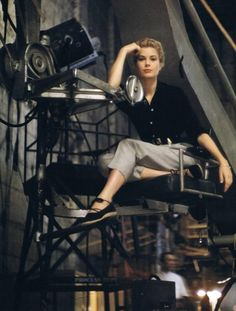50dollars4thepowderroom:    Beautiful photo of beautiful Grace Kelly. Absolutely adore the outfit!