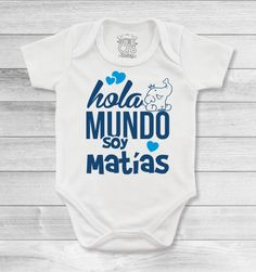 Bodys o mamelucos para bebé personalizados con los nombres que harán que todos lo recuerden Baby Dino, Baby Shawer, Bebe Baby, Family Outfits, Baby Crafts, Mommy And Me, New Baby Products, Onesies, T Shirt