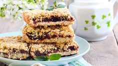 So satisfying that you'll only need a small piece Blueberry Squares, Healthy Desserts, Dessert Recipes, Dessert Ideas, Healthy Food, Date Squares, Stevia, Good Food, Yummy Food