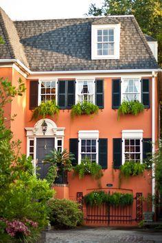 Murhus ser fantastiske ut med litt farge på seg, som dette klassiske eksempelet fra Soutch Carolina i USA. 611/2 South Battery, Charleston, SC