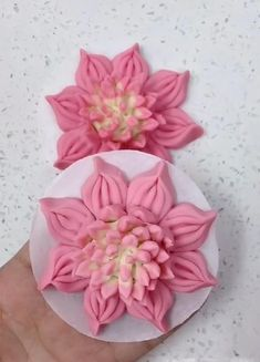 Cake Decorating Frosting, Creative Cake Decorating, Creative Food Art, Birthday Cake Decorating, Cake Decorating Techniques, Cake Decorating Tutorials, Fondant Flower Tutorial, Fondant Flowers, Clay Flowers