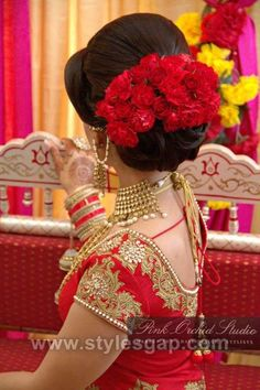 Latest Indian Bridal Dressing Trends Makeup Jewelry Hairstyle Latest Indian Bridal Dressing Trends consists of most recent & hottest bridal Makeup, Bridal Jewelry and Hairstyle fashion for brides. Indian Party Hairstyles, Best Wedding Hairstyles, Bride Hairstyles, Hairstyles 2018, Bridal Hair Buns, Bridal Hairdo, Indian Bridal Makeup, Asian Bridal, Braut Make-up