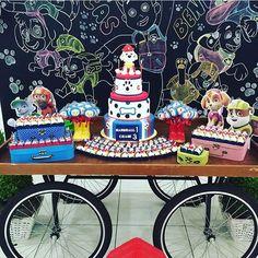 Uma graça essa festa Patrulha Canina! Painel chalkboard deixa a festa sempre charmosa e atual, adoro! Por @villatips #kikidsparty