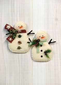 46 How to Make DIY Rustic Felt Christmas TreesLet's have a peek at some cool suggestions to try all these ornaments are easily made by you of felt, no distinctive instructions needed. Felt Christmas Decorations, Felt Christmas Ornaments, Christmas Snowman, Winter Christmas, Snowman Ornaments, Ornaments Ideas, Beaded Ornaments, Glass Ornaments, Snowman Crafts