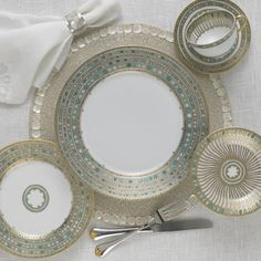 Looking for Fine China Reproduction Dinnerware to give your Home a Luxury Décor? Mottahedeh has every set or piece of dinnerware or stoneware you could want. Place Settings, Table Settings, Restauration Hardware, Porcelain Dinnerware, Fine China Dinnerware, Dinnerware Sets, China Sets, Dinner Sets, Dinner Ware