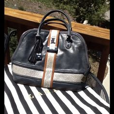 💥💥FLASH SALE💥💥 This is Gorgeous!! Very little wear, perfect interior, no marks or stains!! Comes with Dust bag!! L.A.M.B. Bags