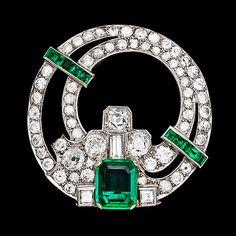 BROCHE, esmeralda colombiana, aproximadamente 2 ct y diamantes antiguos y baguettelslipade, tot. unos 4 ct. Art Deco, 1930.