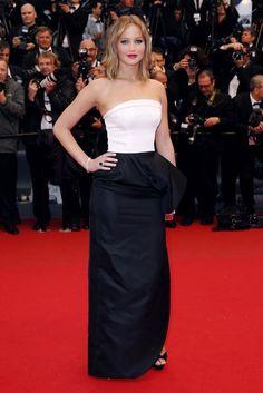 Festival de Cannes 2013. Jennifer Lawrence fiel a la elegancia de Dior con un vestido bicolor con escote palabra de honor.