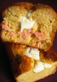 Cake au saumon, la recette du cake au saumon - Cake salé ou cake sucré, les recettes de cakes ont toujours du succès - Imaginez le fondant de la mozzarella allié à la saveur salée et marine du saumon fumé. Imaginez qu'ils s'associent dans un cake moelleux à souhait tendrement parfumé d'aneth, de basilic et de ciboulette...