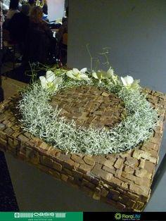 Ondergrond gelijmd met stukjes schors Wonderful Flowers, Simple Flowers, Diy Flowers, Grave Decorations, Flower Decorations, Ikebana Flower Arrangement, Floral Arrangements, Sympathy Flowers, Funeral Flowers