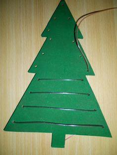 Houten kerstboom: de slingers rijgen *liestr*