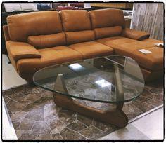 こんばんは小倉店です。 当店で人気のカウチソファとテーブルの紹介です♪ テーブルは、 「イサム・ノグチ」の代表作コーヒーテーブルのジェネリック家具(リプロダクト製品)となります。 60年前に発表されたテーブルですが、今でも魅力的なデザインとして愛されています。 ドラマや映画などでもよく使われていますね。 ※ジェネリック家具(リプロダクト製品)とは、デザインの意匠権が切れた製品を正規品として復刻させた家具です。 数十万~数百万円する家具をお求めやすく数万円で購入できるのが喜ばれております。