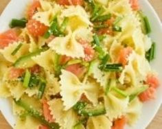 Think pasta salad has to be smothered in mayo? Think again with this Smoked Salmon Pasta Salad! Diet Recipes, Cooking Recipes, Healthy Recipes, Salad Recipes, Smoked Salmon Pasta, Food Porn, Good Food, Yummy Food, Meals For One