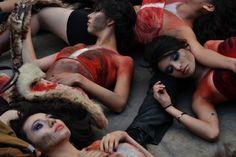 El pasado 28 de Noviembre, fecha en que se conmemora el Día Mundial Contra el Uso de Pieles, AnimaNaturalis llevó a cabo un sorprendente flashmob en el que varios activistas que portaban pieles fueron apaleados y despellejados, con el objetivo de concienciar a la población sobre las implicaciones éticas en el uso de pieles y cuero.
