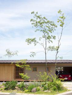 竣工から2年が経過しようとしている「Vermeer Ray」です。 とてものびやかな印象となる平屋。 住まい手から「暗く住みたい」という、とても印象深... Roof Design, Cafe Design, Patio Design, House Design, Japanese Modern House, Japanese Architecture, Terrace Garden, Facade House, Cabin Homes