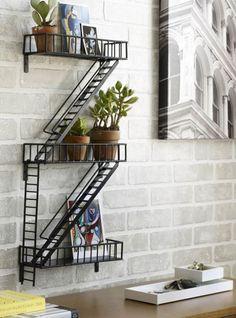 Полка в виде миниатюрной пожарной лестницы от известного дизайнерского агентства Design Ideas добавит необычный для помещений элемент городского ландшафта в интерьер детской комнаты, прихожей или к...