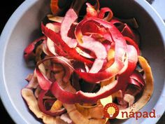 Dried apple peels can be used to make a delicious autumn tea. The acidity in apple peels can remove stains from aluminum pots and pans. Place fresh apple peels over your eyes for min. to reduce dark circles. Dried Apples, Fresh Apples, Patisserie Sans Gluten, Roasted Apples, Nutrition, Honey And Cinnamon, Food Waste, Facon, Food Hacks
