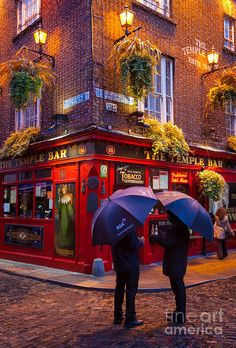 The Temple Bar, south of de River Liffey, de best known area for night life in Dublin_ Ireland