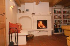 Traditioneller Heizkamin mit Bank. #Ofen #Kamin #Fireplace www.ofenkunst.de