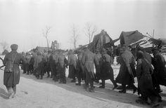 Колонна немецких военнопленных на улице разрушенной деревни под Сталинградом [5]