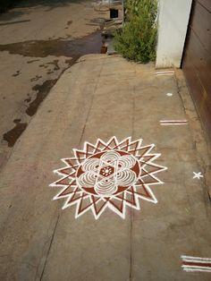 Rangoli Designs Flower, Beautiful Rangoli Designs, Kolam Designs, Indian Rangoli, Kolam Rangoli, Simple Rangoli, Latest Rangoli, Rangoli Colours, Padi Kolam