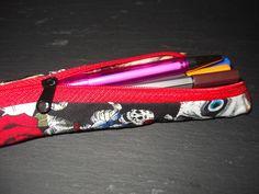 Kleines Mäppchen für Füller, Fineliner, Bleistifte o.ä. http://de.dawanda.com/product/42455826-Stiftetasche-Fuellermaeppchen Nimmt kaum Platz weg und ist erstaunlich geräumig.  Die Stifte dienen nur zur Dekora...