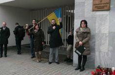 Dnes popoludní sme vyjadrili spoluúčasť s ľuďmi trpiacimi v dôsledku násilností. Na Veľvyslanectve Ukrajiny v Bratislave sme sa spolu s poslancom Martinom Poliačikom a zástupcami Amnesty International stretli s ukrajinským veľvyslancom na Slovensku Olehom Havašim. Po skončení stretnutia sme na tichom mítingu vyjadrili solidaritu s Ukrajincami a odsúdili násilie. Na pamiatku obetí sme zapálili sviečky.