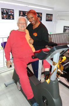 Fred 85 ans, en coaching remise en forme avec Tina Anglio. Notre force savoir guider, s'adapter et être patient avec toutes les personnes de tout âge pour le bien-être.