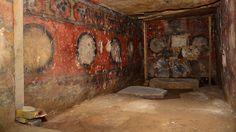 A diferencia de otras tumbas de la época anterior a la llegada de los españoles, las encontradas en Atzompa no son subterráneas y sus paredes están decoradas con imágenes alusivas al juego de la pelota, una actividad sagrada de la antigua etnia zapoteca