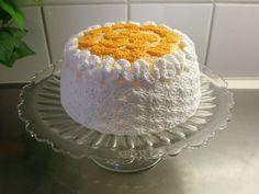Nu har jag virkat en tårta :) Egentligen har jag ju fullt tillräckligt med låtsastårtor hemma, eftersom jag har 3 stycken i trolldeg också, så den här ger jag gärna bort om det är… Crochet Cake, Crochet Food, Knit Crochet, Play Food, Some Ideas, Chrochet, Vanilla Cake, Bakery, Crochet Patterns