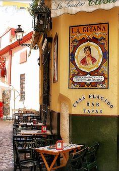 Yo voy a probar tapas en un restaurante o  en Sevilla como éste Bar Casa Plácido.