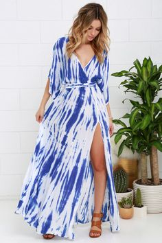 We're all about the Sunday Morning Blue Tie-Dye Wrap Maxi Dress! Lightweight woven maxi dress has kimono sleeves, sash belt and side slit. Tie Dye Maxi, Tie Dye Dress, Maxi Wrap Dress, Kimono Dress, Boho Kimono, Blue Tie Dye, Tie Dyed, Moda Praia Plus Size, Fabric Dyeing Techniques