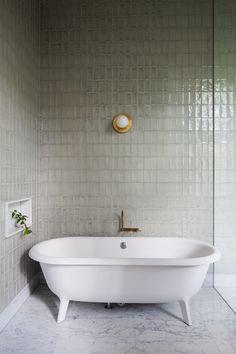 На первый взгляд может показаться, что эта квартира в Австралии еще не закончена, будто чего-то здесь не хватает. Всё на месте, просто это минимализм. Царство геометрических форм, пастели и черного контура. При этом интерьер вовсе не скучный, чего только стоит яркий витраж и синий диван в гостиной, или мраморная раковина «на ножках». К тому же, изюминку пространству придают лепнина …