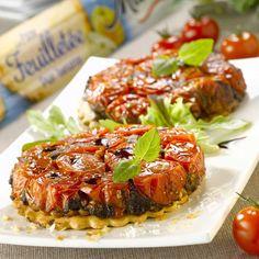 Préchauffez votre four à 210°C (thermostat 7).Tapissez les moules à tartelettes d'huile d'olive, de vinaigre balsamique et de sucre en poudre.Répartissez les tomates dans les moules (serrez-les bien car elles vont perdre du volume en cuisant). Poivrez et mettez au four pour environ 30 minutes, jusqu'à ce que les tomates rendent leur jus et soient caramélisées.Pendant ce temps, découpez des disques de pâtes de la taille des moules à l'emporte-pièce. Piquez-les avec une fourchet...