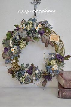 ドライ中心のリースです。これからは紫陽花の季節。一足早く咲き誇る紫陽花の里をイメージしたリースを作りました。サンキライの枝を組んだ土台を使用していますので、全...|ハンドメイド、手作り、手仕事品の通販・販売・購入ならCreema。