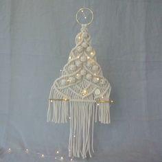 """Képtalálat a következőre: """"macrame Christmas ornaments"""" Macrame Owl, Macrame Knots, Crochet Christmas Ornaments, Christmas Crafts, Christmas Tree, Art Macramé, Drops Patterns, Micro Macramé, Macrame Projects"""