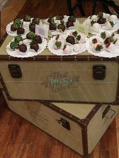 Detalle vintage con maletas antiguas para una mesa de dulces, que elaboramos para una primera comunión. Cotizaciones: info@ohlala-eventos.com