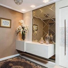 A modern entryway décor is a perfect opportunity to surprise your guests. You can create a sleek design with statement pieces or you prefer a more intimate and Foyer Design, Interior, Contemporary Interior Design, Entryway Furniture, Entryway Decor, Home Decor, House Interior, Home Entrance Decor, Interior Design