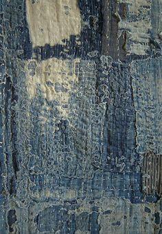 Le bleu s'effritait sur le capot de sa voiture abandonnée aux pluies chargées du sable venu des déserts avoisinants.