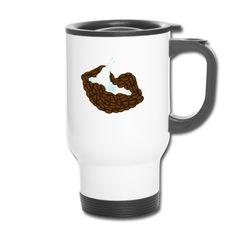 Thermobecher für Kaffee-Fans: Das Motiv ist ein aus Kaffeebohnen geformter Mund, über den sich eine Zunge aus Milch leckt.