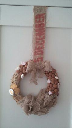 Sinterklaaskrans...strokrans van de action, een oude jutezak, kruidnoten en een lijmpistool. Resultaat spreekt voor zich!