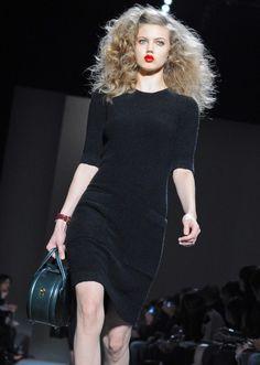 A simplicidade deste vestido preto arrebatou-nos. É Marc Jacobs e desfilou em Nova Iorque.