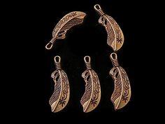 HVPOV44  Herraje vaquero pluma en oro viejo, medida 4cm, ideal para collar o pulsera, peso 4 gramos, precio x pieza $4.20, precio 12 piezas $48 (4c/u), precio 25 piezas $95 ($3.80c/u), precio 50 piezas $180 (3.60c/u), precio 75 piezas $255 (3.40c/u), precio 100 piezas $320 ($3.20c/u), precio x kilo $699, de 5 a 7 días para entrega x kilo