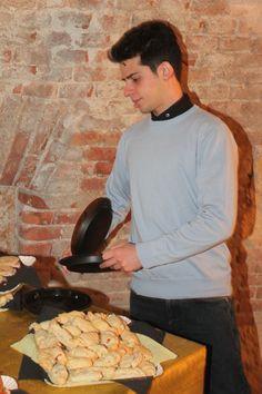 Stuzzicheria salata in produzione. Manuel è responsabile eventi per conto di Cucinaverarte