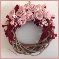 Corona in legno con rose di lino rosa, by fattoamanodaTati