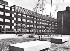 Área de juego, Unidad Habitacional Nonoalco-Tlatelolco, Cuauhtémoc, Ciudad de México 1964  Arqs. Mario Pani y Luis Ramos  Foto. Armando Salas Portugal -   Play area, City Housing, Nonoalco-Tlatelolco, Cuauhtemoc,  Mexico City 1964