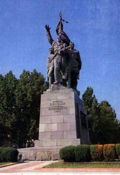 """Monument """"Warriors - defenders of the city of Novorossiysk."""" Sculptors IP Shmagunov and N. Timoshin. Architects KM Mikhailov and EG Lashuk. Opened in 1961"""