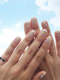 DIY Daisy Nail Art by Jessica Washick for Design*Sponge Loading. DIY Daisy Nail Art by Jessica Washick for Design*Sponge Diy Daisy Nails, Daisy Nail Art, Flower Nails, Diy Nails, Nail Art Flowers, Sunflower Nail Art, Nail Nail, Flower Nail Designs, Short Nail Designs