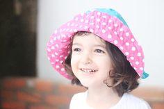 Aproveite essa aula de costura on line e aprenda hoje mesmo a costurar uma chapéu infantil reversível e cheio de estilo. Unissex, dependendo da estampa.