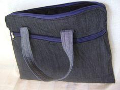"""Maleta para notebook de 14"""", confeccionada em tecido jeans e por dentro forrada com pelúcia. Tem duas alças de mão e um bolso extra na parte da frente. Fechamento com zíper.    Medidas aproximadas: 36cm de largura por 27cm de altura. R$ 49,00"""